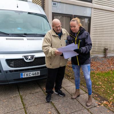 Håkan Mansner och Katja Paasonen vid kylbilen.
