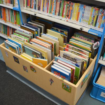 Lastenkirjoja kirjastoautossa.
