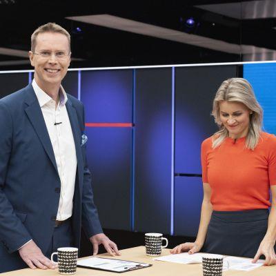 Kuvassa Niklas Wancke ja Milla Madetoja. Kuvattu juuri ennen Yle aamun ensimmäisen lähetyksen alkua