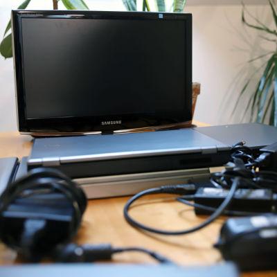 Kannettavia tietokoneita pöydällä