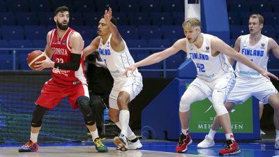 Finska spelare försöker blockera en georgisk spelare med bollen.