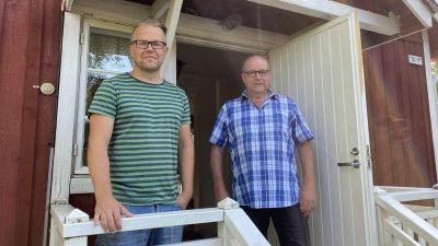 Johnny Holmström ocgh Leif Ekholm på trappan till Kattsunds torp