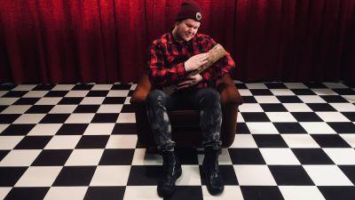 David Lynch -fani Vili Nissinen istuu studiossa pölkky sylissä.