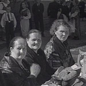 Naiset pitopöydässä