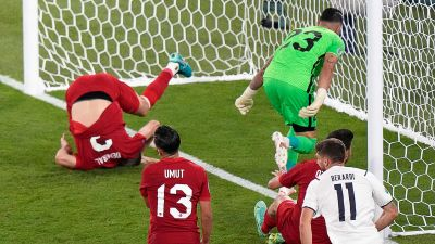 Turkiets Merih Demiral gjorde ett olycksaligt självmål mot Italien.