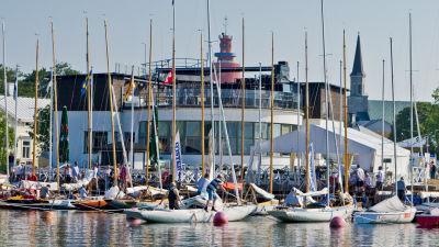 Segelbåtar framför restaurang.