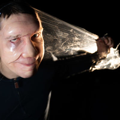 Rauli Dahlberg vetää kelmulla naamansa lyttyyn.