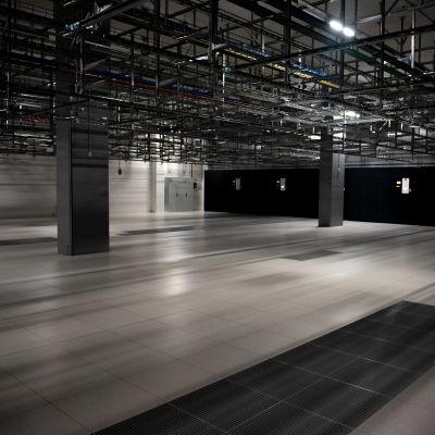 Kuvassa näkyy datakeskuksen tyhjä serverihuone.