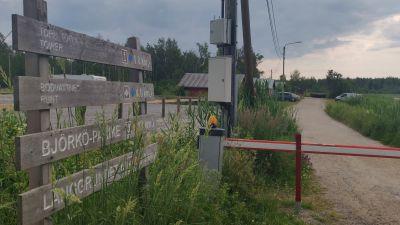 En vägbom och skyltar vid början av en vandringsled