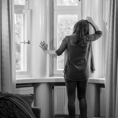 Lavastettu ihmiskaupan uhri eli seksityöläinen hotellihuoneessa, Helsinki, 24.7.2020.