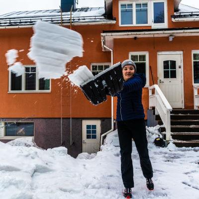 Marie Lindström skottar snö.