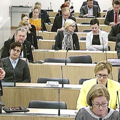 Paavo Arhinmäki puhumassa istuntosalissa tiistaina.