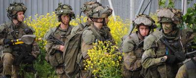 Kamouflerade beväringar eller soldater håller krigsövning.