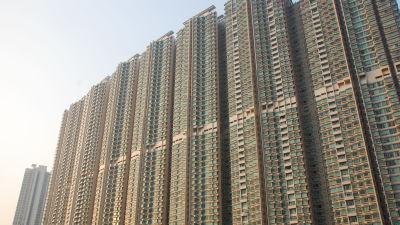 Bild på massivt höghus med små kvadratiska fönster tätt inpå varandra.