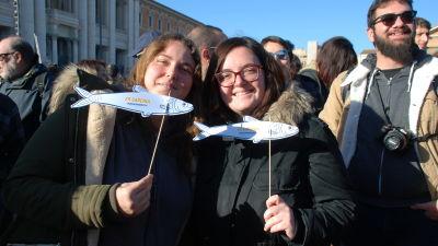 Två unga kvinnor med pappsardiner.