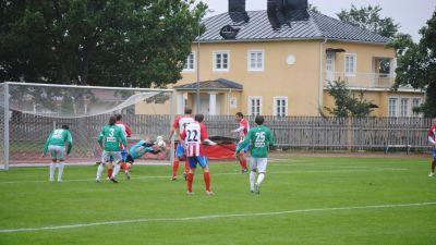 BK-målvakten Jyri Nieminen räddar.