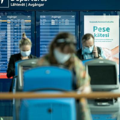 Matkustaja kentällä, Helsinki-Vantaan lentoasema, 11.8.2020.