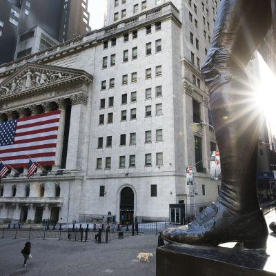 George Washingtonin patsaan jalat seisoivat vakaasti New Yorkin pörssin edustalla.
