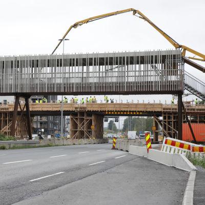 Työntekijöitä Tampereen raitioliikenteen sillan työmaalla