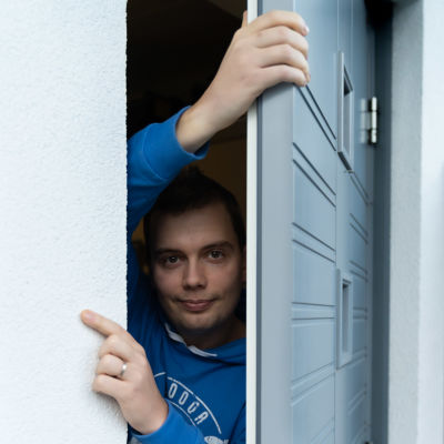 Mikko Vikman ulko-ovella kotonaan.