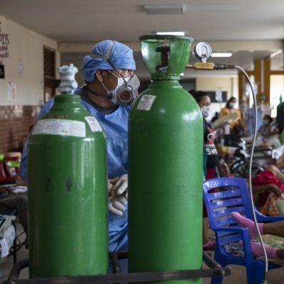 Syrgastuber och en läkare på ett sjukhus Iquitos i Peru.