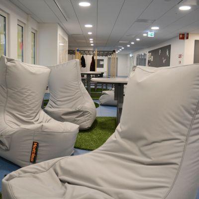 Säckstolar i korridoren i Lyceiparkens skola.