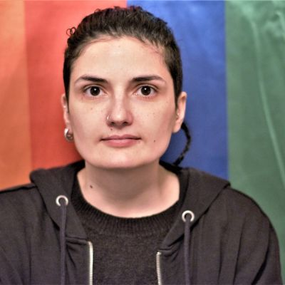 Den albanska hbtq-aktivisten Xheni Karaj framför prideflagga