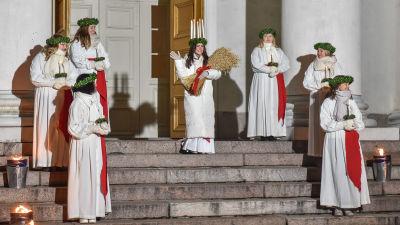 Finlands lucia Ingrid Enckell och tärnor står utanför Helsingfors domkyrka.