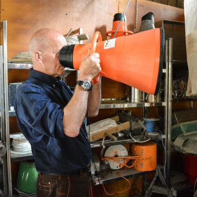 Ilppo Vuorinen demonstrerar marinbiologens utrustning.