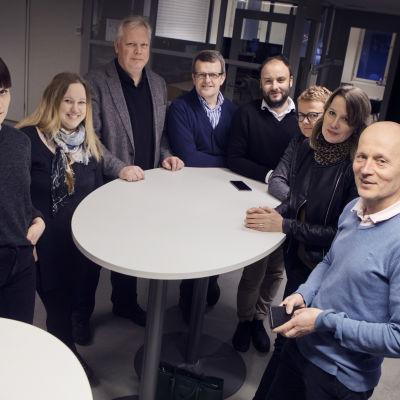 På bilden syns Sofia Nygård, Sara Bergström, Patrik Stenvall, Kjell Herberts, Niklas Nyberg, Nina Dahlbäck, Ulrica Lövdahl och Björn Nyberg. De hör till dem som tar reda på vad österbottningarna gör på fritiden.