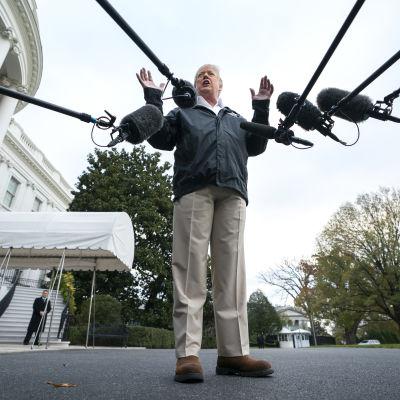Donald Trump svarar på frågor utanför Vita huset.