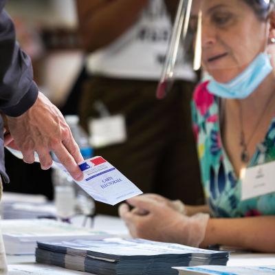 Suojavisiiri päässä oleva nainen vaalipaikalla.