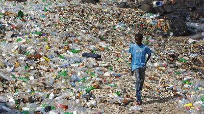 Platsavfall på strand