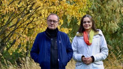 Man och kvinna fotograferade med höstlöv i bakgrunden.
