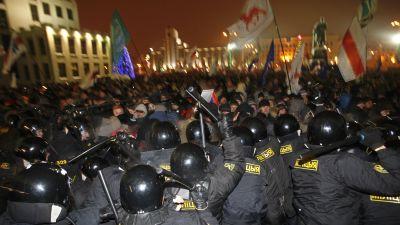 Kravallpolis stötte samman med demonstranter som försökte storma parlamentsbyggnaden