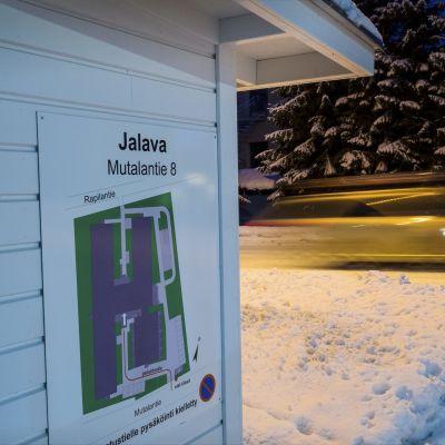 Attendos äldreboende Jalavas skylt på byggnad.