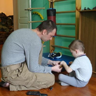 En pappa bygger lego med sin son