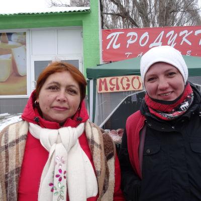 Nayasja och Marija på torget i Gora, Ukraina