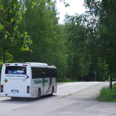 En buss kör genom Vesanto i Norra Savolax