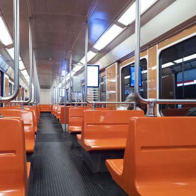 Matkustajia metrossa.