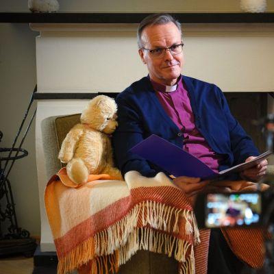 Arkkipiispa Tapio Luoma lukee satuja facebookissa.