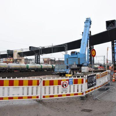 Logomon sillan viimeiset kaksi pääkannatinta saatiin asennettua.