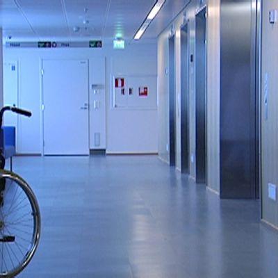 pyörätuoli sairaalan käytävällä