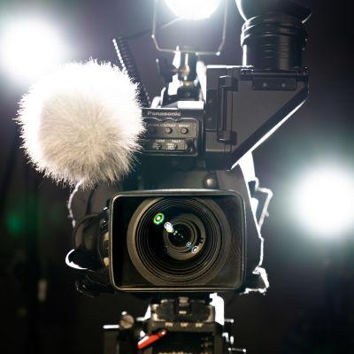 Televisiokamera lähikuvassa studiossa.