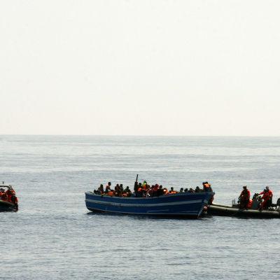 Tyska Bundeswehr räddar flyktingar från en båt utanför den italienska ön Lampedusa 8.5.2015.