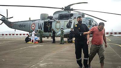 Indiska flottan räddade personer från pråmen som sjönk med helikopter.