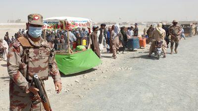 Soldater bevakar gränsen där afghanska flyktingar har samlats