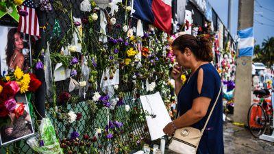 Det är många som fortfarande besöker minnesplatsen för offren vid olycksplatsen i Surfside. Den här bilden togs den 24 juli.
