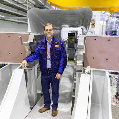tutkimusprofessori Timo Määttä, VTT, fuusioreaktorin puhdistimen koetunnelin edessä