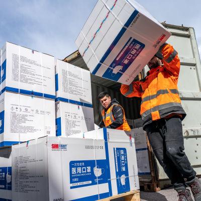 Laatikot pinotaan siirtolavalle trukkia varten.